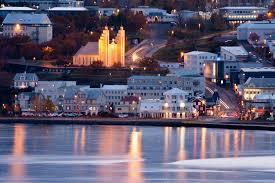 Cathedrale de Akureyrarkirkja vue sur mer